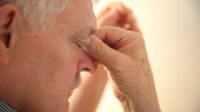 Müder Mann reibt seine Augen stock footage