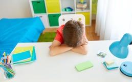 Müder oder trauriger Studentenjunge mit Smartphone zu Hause Stockbilder