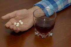 Müder Person Sleeping After Abuse des Alkohols und der Drogen stockfotografie