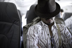Müder Reisender, der auf Flugzeug 2 schläft stockfoto
