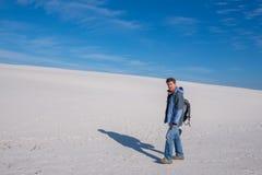 Müder Reisender ist nach einem harten Tag in einer Wüste entspannend stockfotografie