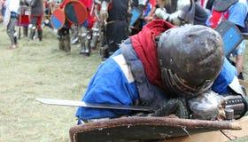 Müder Ritter in der Rüstung mit einem Schild und einer Klinge Lizenzfreie Stockfotografie