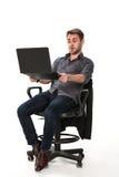 Müder Sekretär ist mit einem Laptop glücklich Lizenzfreie Stockfotos