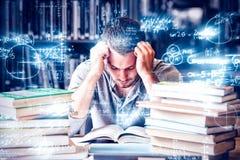 Müder Student, der das Los zu lesen hat lizenzfreies stockbild