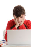 Müder Teenager, der Laptop verwendet Stockfotos