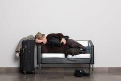 Müder Tourist in Erwartung der Landung auf aircra Lizenzfreies Stockfoto