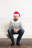 Müder und unglücklicher Mann, der Weihnachten feiert Stockfoto