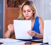 Müder weiblicher Angestellter, der Schreibarbeit tut Stockfoto