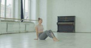Müder weiblicher Tänzer, der nach Wiederholung sich entspannt stock video