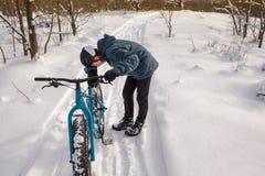 Müder Winter-Radfahrer Stockfoto