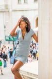 Müdes Afroamerikaner-Geschäftsfraureisen, arbeitend in neuem Y Lizenzfreies Stockbild