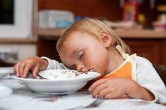 Müdes Baby nach dem Mittagessen Stockbilder