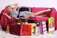 Müdes blondes Mädchen nach dem Einkauf Lizenzfreies Stockfoto