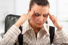Müdes deprimiertes der Geschäftsfrau im Büro Stockbild