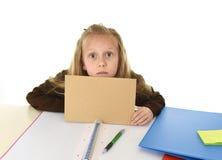 Müdes des kleinen Schulmädchens trauriges und gebohrtes Papier halten mit leerem Kopienraum für das Addieren des Textes Stockbild
