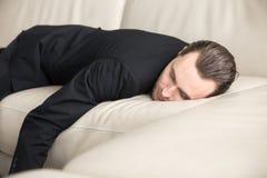 Müdes Geschäftsmannnehmen bricht kurz Schlaf stockfoto