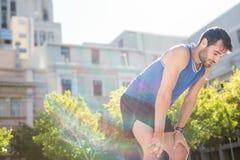 Müdes hübsches athletisches Stillstehen lizenzfreies stockfoto