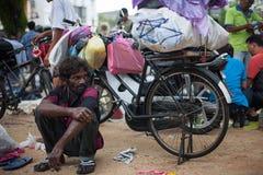 Müdes indisches outdor Hocken des alten Mannes entspannen sich auf der Straße Lizenzfreie Stockbilder