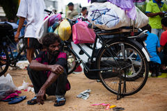Müdes indisches outdor Hocken des alten Mannes entspannen sich auf der Straße Lizenzfreies Stockfoto