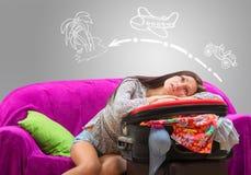 Müdes Mädchen, das ihre Reise plant lizenzfreie stockfotos