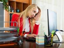 Müdes Mädchen im Büro Lizenzfreie Stockfotografie