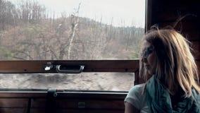 Müdes Mädchen reitet im Zug stock footage