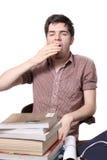 Müdes männliches jugendlich Gähnen Stockfoto