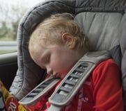 Müdes schlafendes Kind im Auto Stockfoto