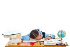Müdes Schulmädchen, das auf Büchern schläft lizenzfreies stockfoto