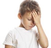 Müdes trauriges netten blonden Jungen Litlle lokalisiert Stockbilder