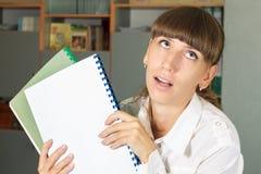 Müdes und deprimiertes Studentenmädchen mit seinem arbeitet Lizenzfreie Stockbilder