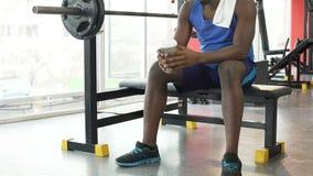 Müdigkeit nach Training, afro-amerikanischer Mann, der auf Ausbildungsanlageen sitzt stock video footage