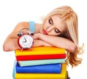 Müdigkeitsstudent, der auf Buch schläft. Lizenzfreie Stockfotos