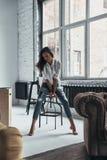 Mühelose Schönheit Attraktive junge Frau beim Freizeitkleidungsstillstehen stockfoto