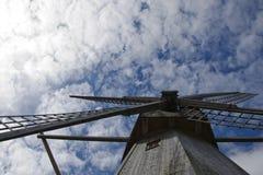 Mühle auf dem Himmelhintergrund Lizenzfreies Stockfoto