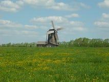 Mühle auf einer Wiese Stockfotos
