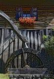 Mühle mit übertriebenem Wasserrad Stockfotos