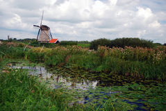 Mühle nahe dem Wasser Lizenzfreie Stockbilder