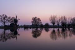 Mühle und Bäume bei Woerdense Verlaat Lizenzfreie Stockfotografie