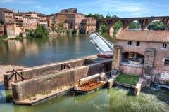 Mühle und Boot auf dem Fluss in Albi Frnce stockfotos
