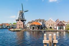Mühle und Café entlang Spaarne-Fluss, Haarlem, die Niederlande Lizenzfreies Stockfoto