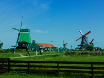 Mühle verloren im Grün lizenzfreie stockfotos