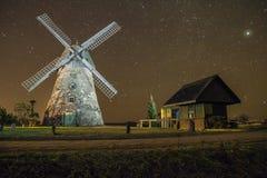 Mühlen in der Nacht, Stadt Araisi, Lettland Sterne und Nacht 2012 lizenzfreie stockbilder