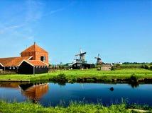 Mühlen mit Fluss stockfotografie
