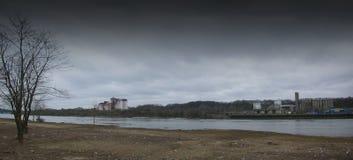 Mühlen sind auf der Flussbank Deprimierendes Panorama Lizenzfreie Stockbilder