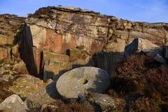 Mühlstein in einem alten Steinbruch Stockfotos