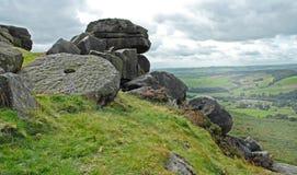 Mühlstein-und Felsen-Stapel auf einer Derbyshire-Hügel-Seite Lizenzfreies Stockbild