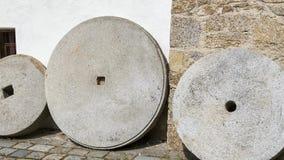 Mühlsteine für reibende Getreide stock video footage