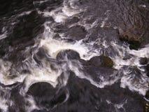 Mühlsteine im Fluss Derwent in Matlock Lizenzfreies Stockfoto