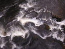 Mühlsteine im Fluss Derwent in Matlock Stockfotografie